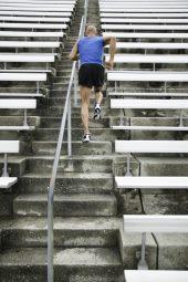 Běžec vybíhá schody na stadionu