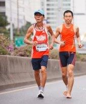 Běžci v asijském městě