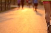 Běžci na cestě při západu slunce