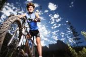 Pohled na horské kolo na pozadí modré oblohy