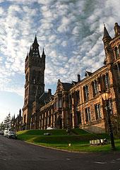 Přední část Glasgow University s věží