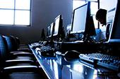 Prázdná počítačová účebna díky MOOC