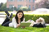 Univerzitní studenti relaxují na trávníků